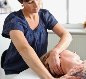 Lisbeth behandler med osteopati imod nakkesmerter i osteopatiklinikken